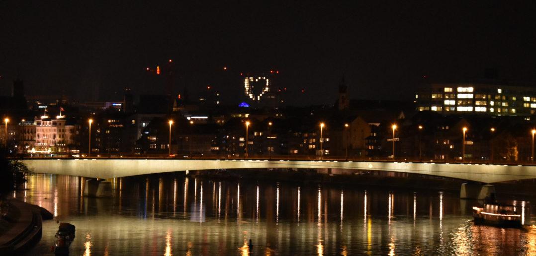 Von weitem her sichtbar: Das MOH-Herz von der Dreirosenbrücke aus gesehen