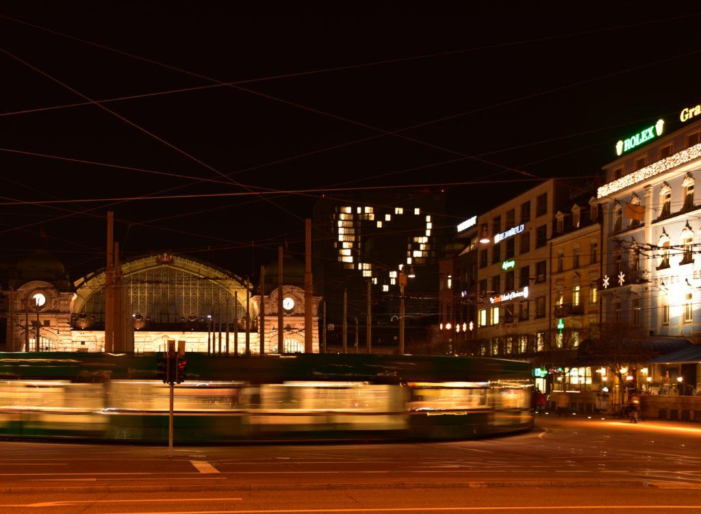Was für ein Motiv: Nächtlicher Centralbahnplatz mit Herz im Hintergrund