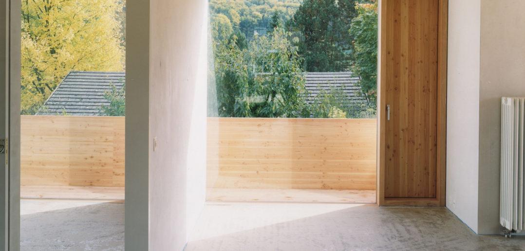 Blick aus einem rahmenlosen Fenster (Foto: Oliver Lang)