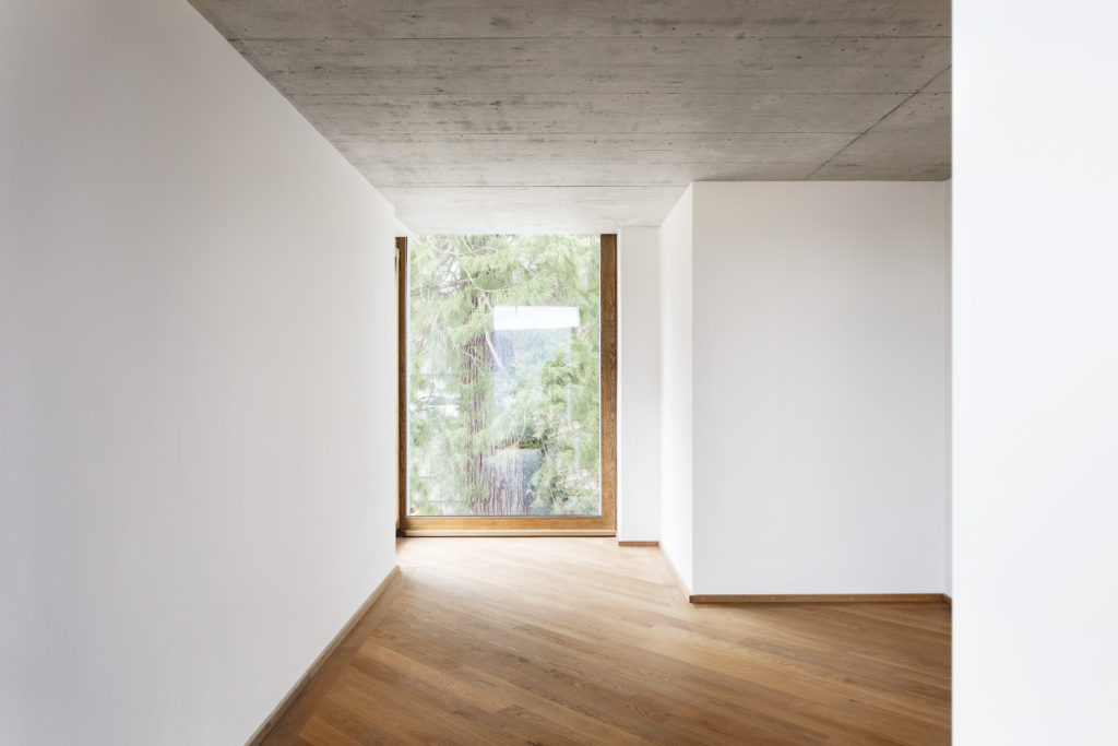Eine private Höhle – zurückhaltende Wände mit hölzernem Boden © Lucas Peters