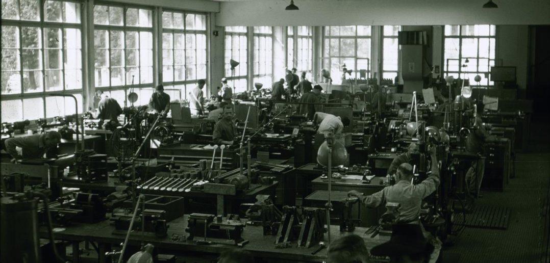 Mechanikersaal mit guter Belichtung in einem der Fabrikationsgebäude in Waldenburg, 1936-1968, D2.369, Fotograf: Theodor Strübin, Fotosammlung Archäologie und Museum Baselland, CC BY-SA 4.0