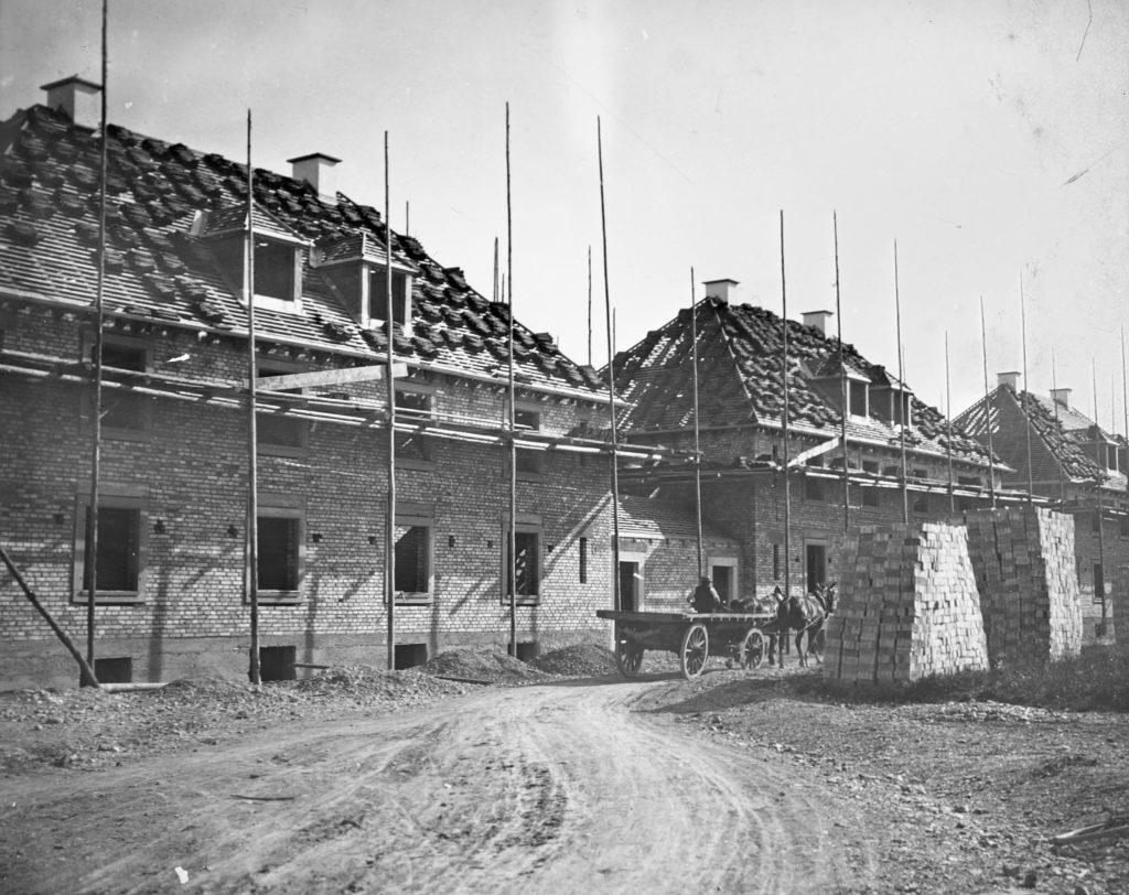 Holzgerüst und Pferdegespann: Blick auf die Baustelle im Jahre 1920 © Siedlungsgenossenschaft Freidorf