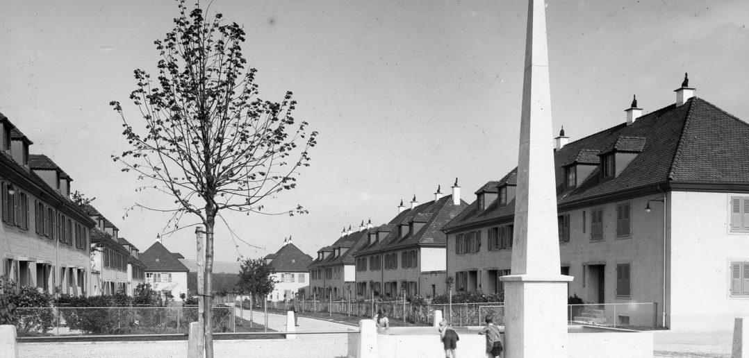 Blick vom Genossenschaftsplatz in Richtung Nordosten mit dem Obelisken im Vodergrund © Siedlungsgenossenschaft Freidorf