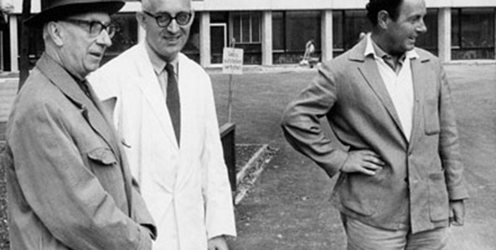 Hans Arp (links), Emil Ruder und Armin Hofmann (rechts) beim Giessen der Betonstele von Arp, 1961. © Fotografie [s. d.], 1961, [https://www.pinterest.ch/pin/563935184560140694/]