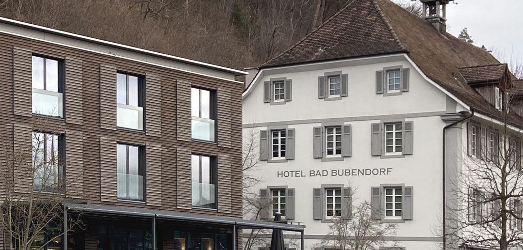 Schiebeläden und grosse Verglasungen versus klassizistische Fassade, Bad Bubendorf © Simon Heiniger / Architektur Basel