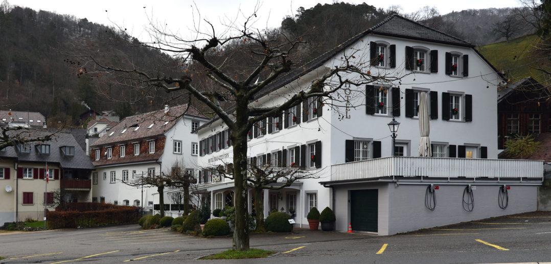 Die Hauptstrasse führt direkt am Hotel Bad Eptingen vorbei © Simon Heiniger / Architektur Basel