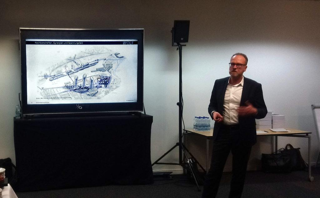 Beat Aeberhard erklärt die übergeordneten städtebaulichen Zusammenhänge Jurypräsident Harry Gugger erklärt das Richtprojekt am Modell © Architektur Basel