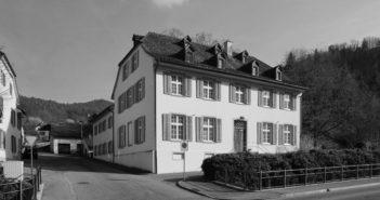 Die ehemalige Bezirksschreiberei (1768) mit dem hinteren Flügel (1826), Hauptstrasse 21, Waldenburg © Samuel Borer