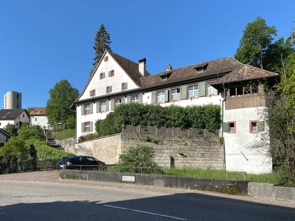 Der giebelständige Hauptbau steht markant zur Strasse © Simon Heiniger / Architektur Basel