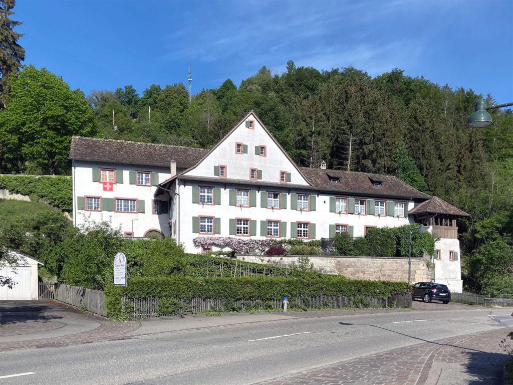 Prägt das Dorfbild: das Pfarrhaus © Simon Heiniger / Architektur Basel