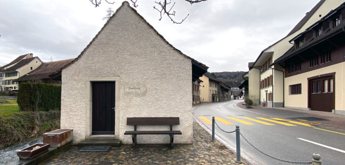 Zum Buuchhüsli gehören auf die Zwischenräume. Sie gliedern den Strassenraum, Ziefen © Simon Heiniger / Architektur Basel