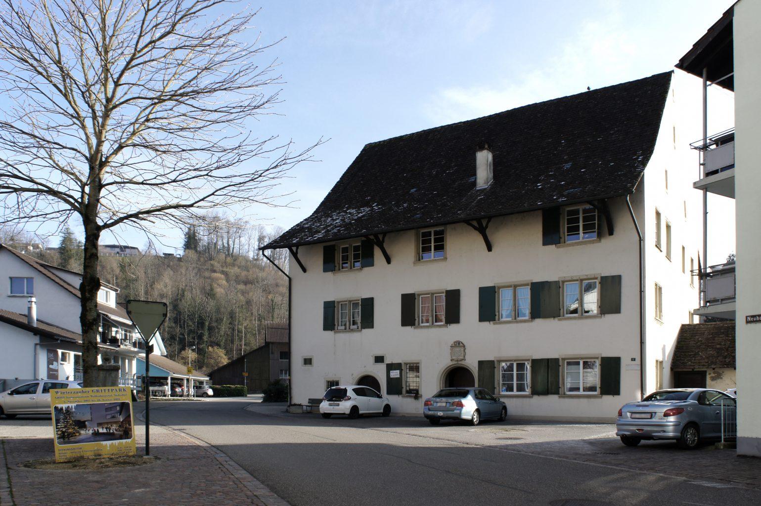 Neuhaus, Vorderseite mit Eingangsportal, Hölstein © Architektur Basel