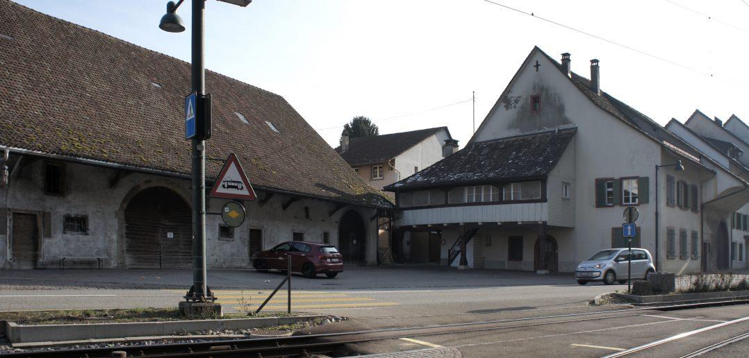 Zehntenscheue und Bauernhaus bilden einen grossen Vorplatz, Hölstein © Architektur Basel