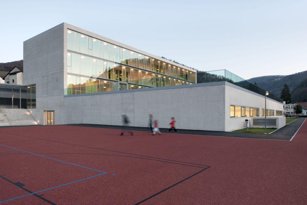 Das Schulgebäude überzeugt – der Abschluss der Turnhalle aus Metall dagegen weniger. Foto © René Rötheli, Baden