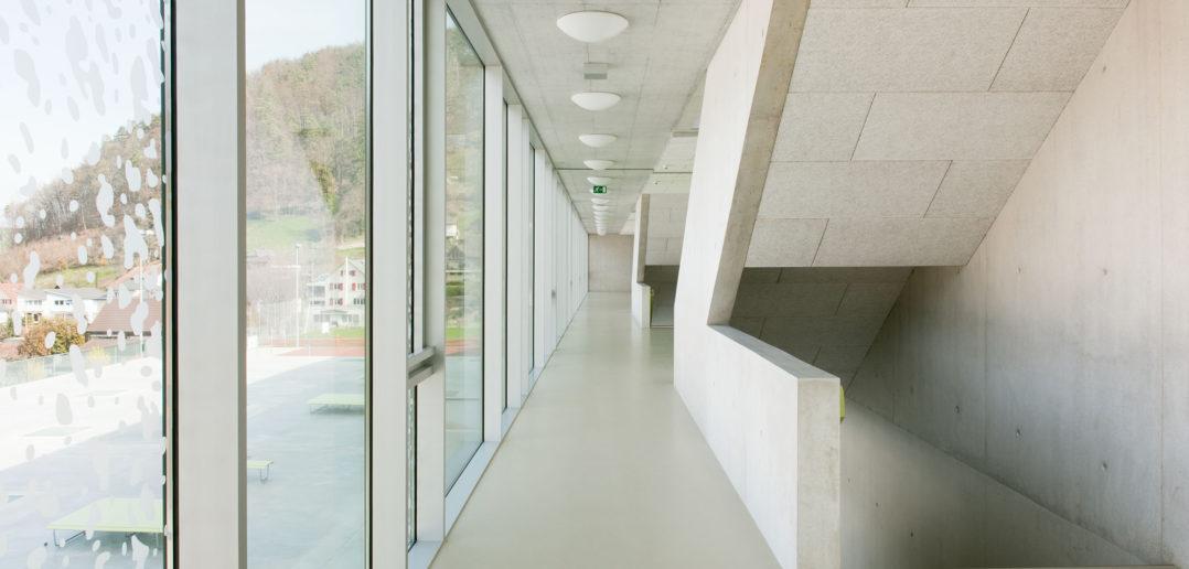 Die verglaste «Laube» dürfte sich im Sommer aufheizen. Die Unterrichtsräume hingegen liegen ostseitig. Foto © René Rötheli, Baden