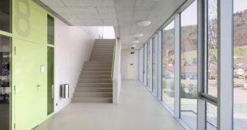 Die Unterrichtsräume verfügen über transparente Eingangsbereiche. Foto © René Rötheli, Baden