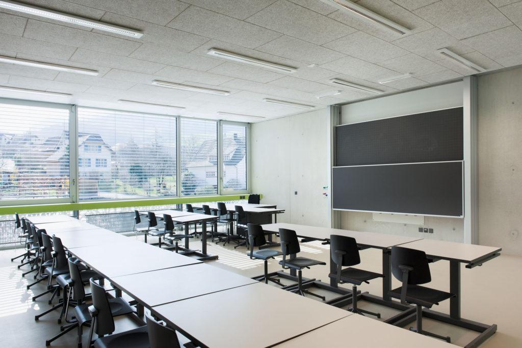 Die ostseitigen Unterrichtsräume sind vor der Sonne geschützt. Foto © René Rötheli, Baden