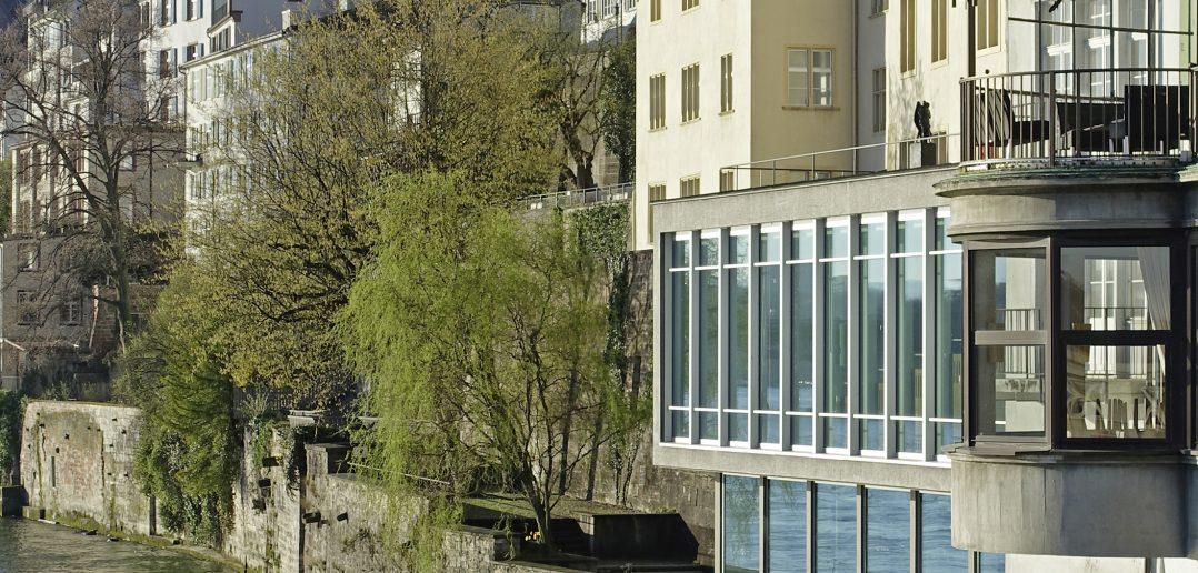 Grossbasler Rheinfront mit alter Universität, Berri-Museum in der Augustinergasse und Münsterturm im Hintergrund. Foto: Kantonale Denkmalpflege Basel-Stadt, Klaus Spechtenhauser