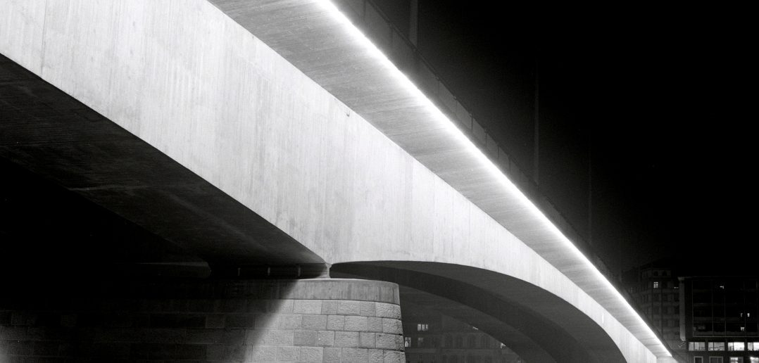 Die 1964–1967 errichtete Johanniterbrücke. Bei der Umsetzung als vorgespannte Betonbrücke im sog. Freivorbau setzte das Basler Ingenieurbüro Schmidt neue Massstäbe. Foto: Brühwiler, ETH-Bibliothek Zürich, Bildarchiv