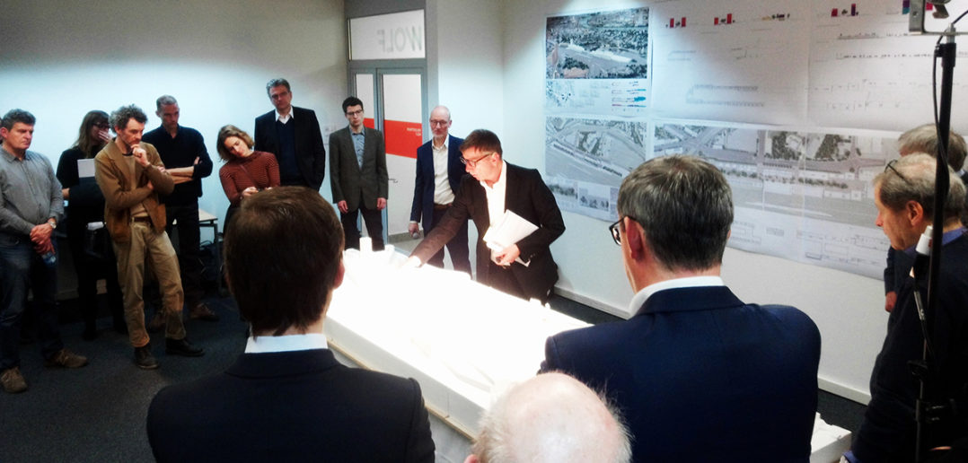Jurypräsident Harry Gugger erklärt das Richtprojekt am Modell © Architektur Basel