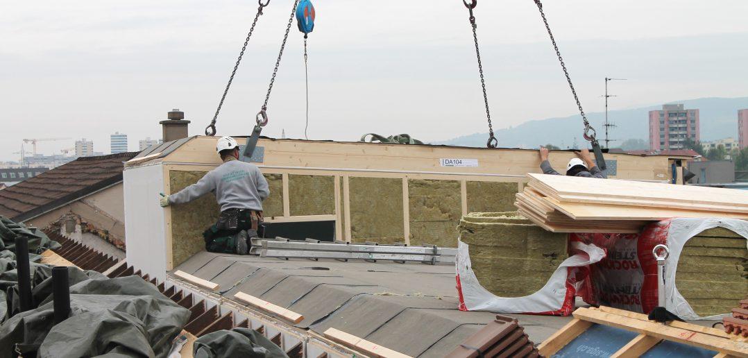 Zentimetergenau werden die Holz-Module eingepasst...