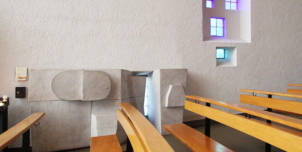 «Bodensteine» von Paul Speck und Pierino Selmoni, 1958, Bruder Klaus Kirche (Arch. Hermann Baur), Birsfelden © Architektur Basel