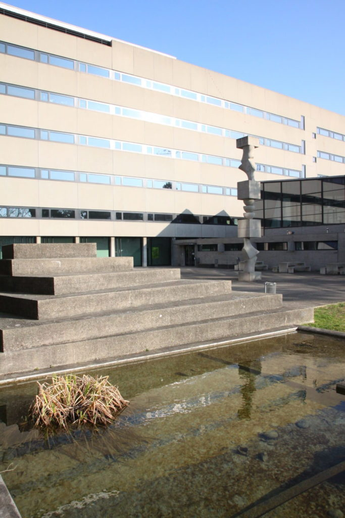 Die Stufenpyramide von Armin Hofmann mit Arps Betonstele © Architektur Basel