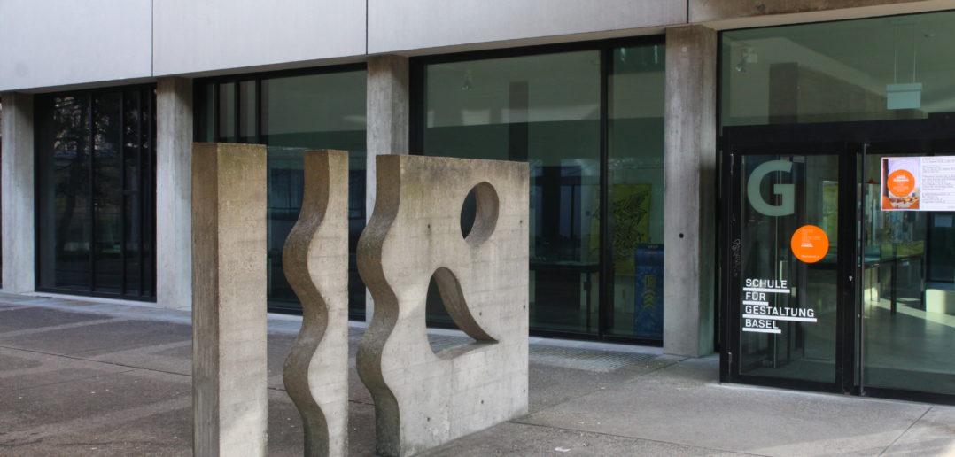 Wandrelief beim Eingang des SfG Trakts © Architektur Basel