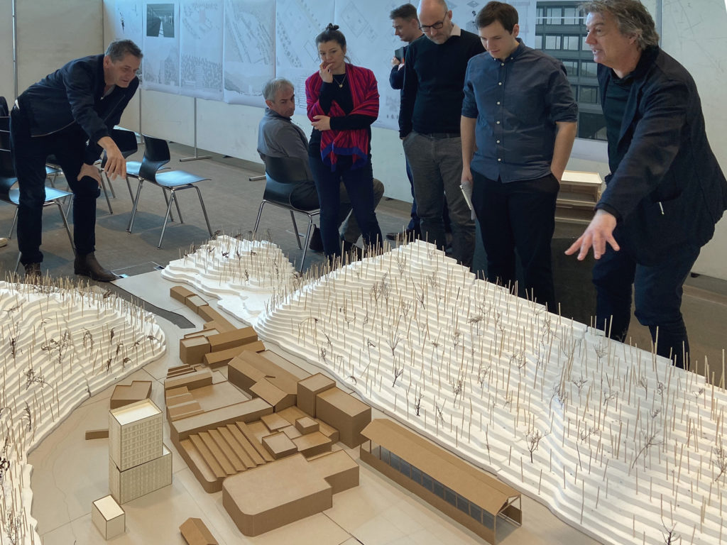 Diskussion am Modell © Architektur Basel