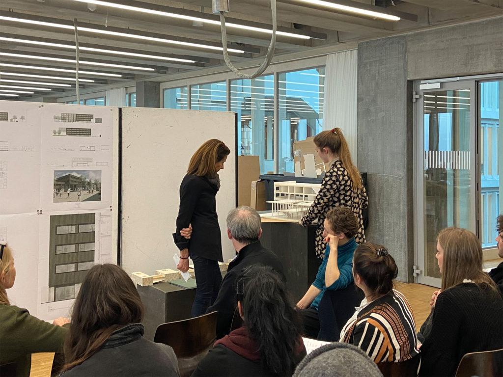 Immer wieder wurde beim Diskutieren zu den Modellen gegriffen © Architektur Basel