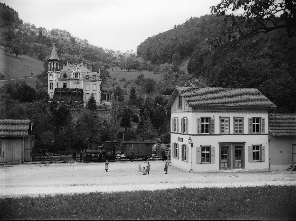 Bahnhof Waldenburg mit Villa Gelpke/Thommen im Hintergrund, STABL_PA_6412_01_01_278, Fotoarchiv der Firma Lüdin AG, Staatsarchiv Basel-Landschaft