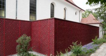 Trotz roten Fassadenplatten zurückhaltender Anbau, Reformierte Kirche Arlesheim © Börje Müller Fotografie