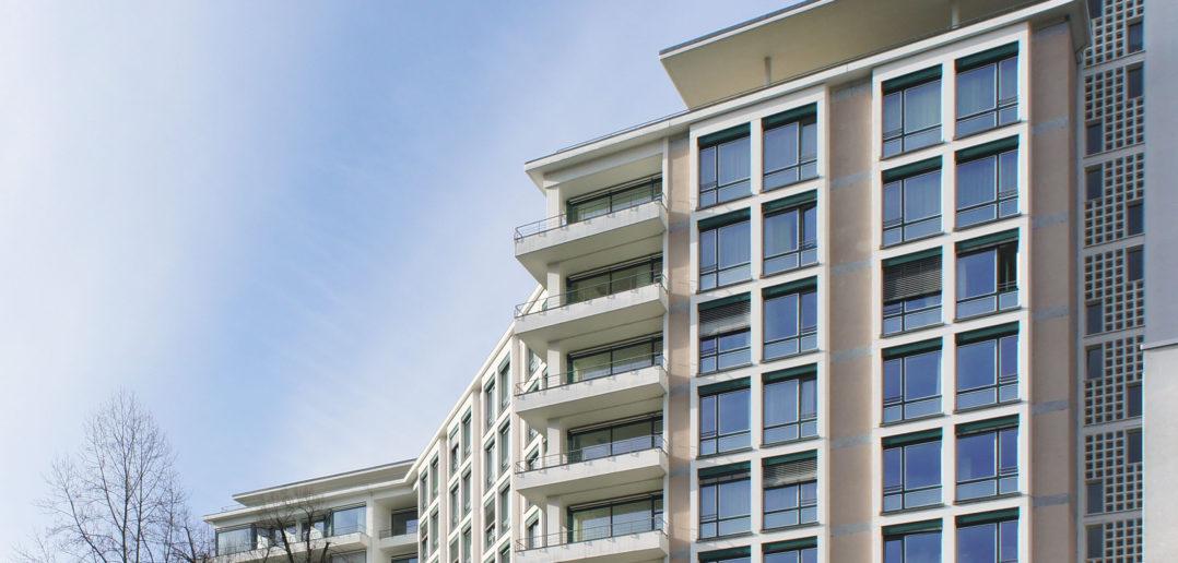 Die Fensterpartien sind leicht vorstehend, die Balkone über Eck, Liestal, 2018 © Architektur Basel