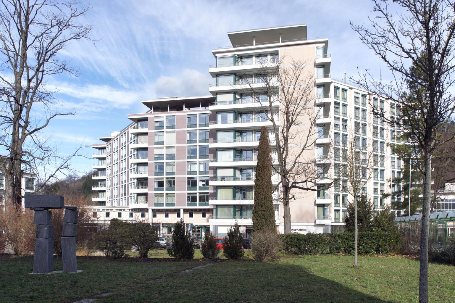 Die Erweiterung (hinten links) wirkt deutlich flächiger, Liestal, 2018 © Architektur Basel