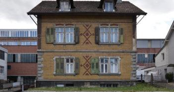 Trotz ornamentierter Sichtbacksteinfassade gibt sich das Gebäude zurückhaltend © Simon Heiniger / Architektur Basel