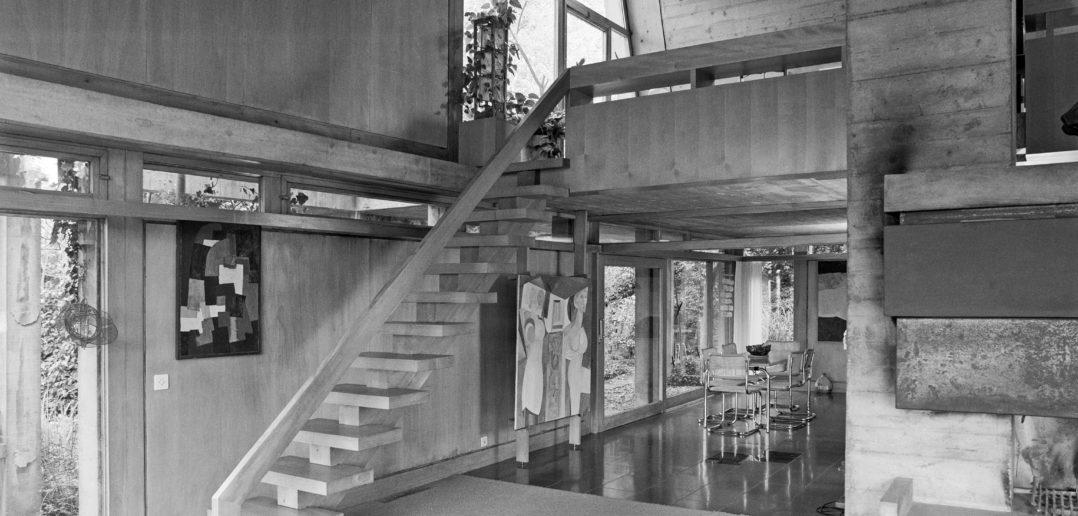 Rolf G. Otto, Einfamilienhaus Otto, Liestal (BL), 1958/59. Wohnzimmer mit Galerie und Essbereich. Der Schornstein des Cheminées bildet einen Ankerpunkt des Hauses. Foto: Heiner Grieder
