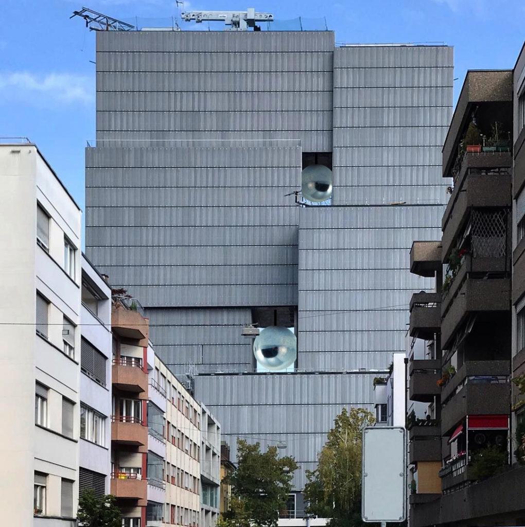 Lösung? Meret Oppenheim-Hochhaus mit zwei Schwingungstilgern (Pendel) in den grossen Öffnungen