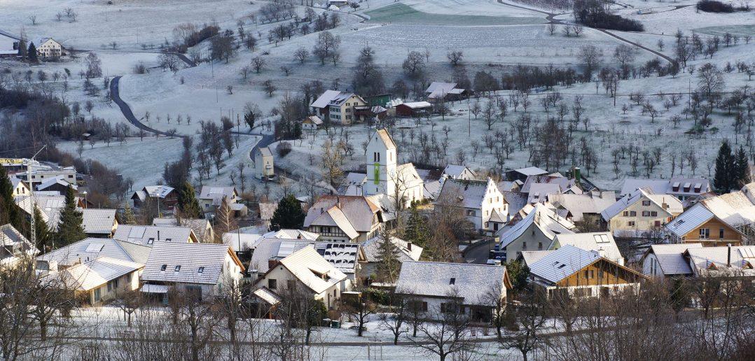 Das Dorf mit Kirche in der Mitte aus Südwesten, Oltingen © Architektur Basel
