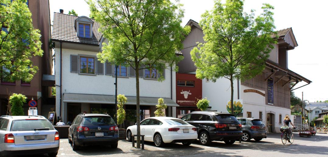 Der neue rote Eingang verbindet das Restaurant links und das Eventlokal rechts – Kulturhotel Guggenheim, Liestal © Simon Heiniger / Architektur Basel