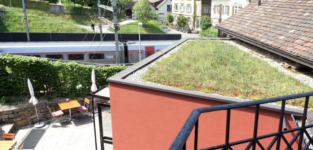Der rückseitige Garten liegt direkt an den Geleisen – Kulturhotel Guggenheim, Liestal © Simon Heiniger / Architektur Basel