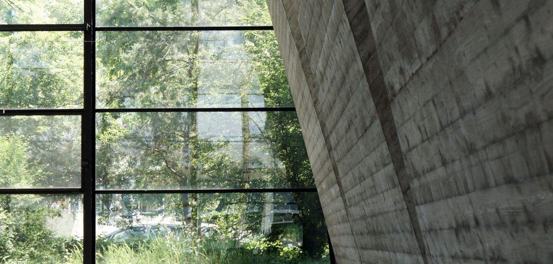 Die grosszügige Verglasung der Maurerhalle verbindet Innen und Aussen © Architektur Basel