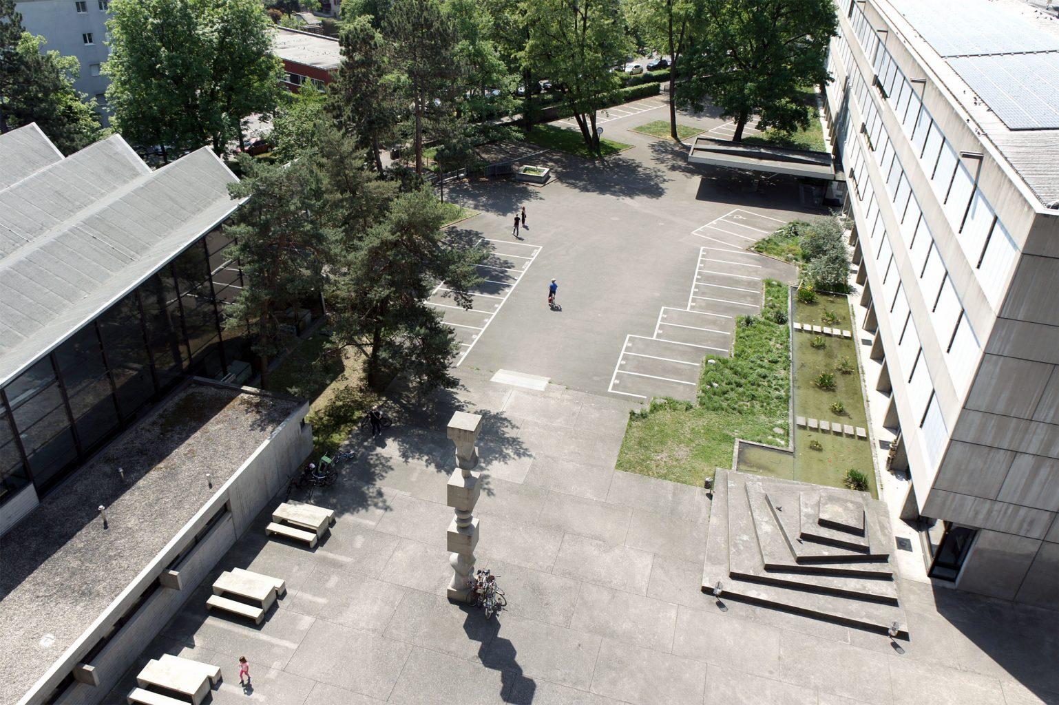 Blick von oben auf die Bauteilsäule von Hans Arp und die Sitzpyramide von Armin Hofmann © Architektur Basel