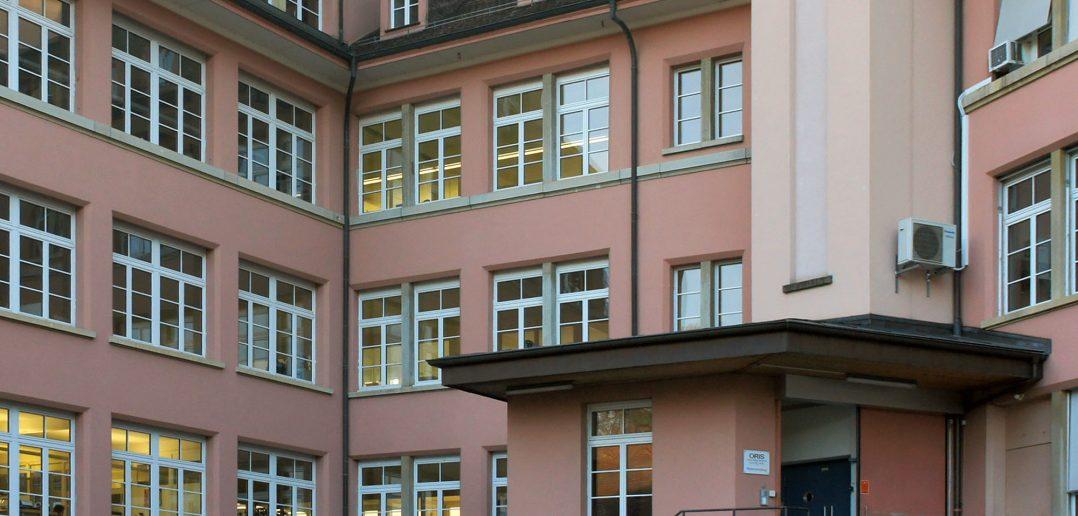 Anlieferung mit Lift, fein unterteilte Fassade mit ausgebauten Walmdächern, Hölstein © Architektur Basel