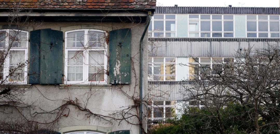 Ensemble von Alt und Neu: Links das Burkhardt`sche Landhaus, rechts das Schreinereigebäude © Architektur Basel
