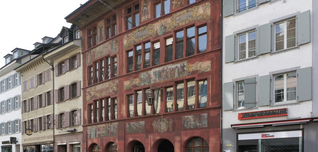 Die rote Fassade scheint wie aus einem Guss, wirklich? © Simon Heiniger / Architektur Basel