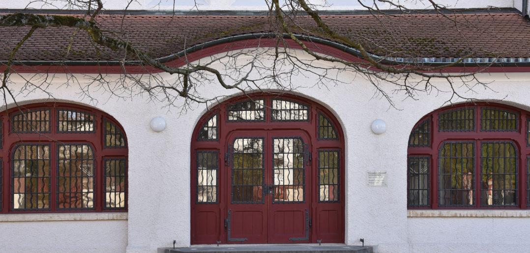 Vorhalle mit Jugendstil-Fenstern, Reformierte Kirche Arlesheim © Simon Heiniger / Architektur Basel