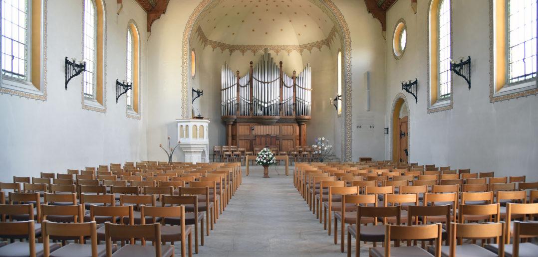 Grosszügige Halle mit offener Orgel im Chorbereich, Reformierte Kirche Arlesheim © Simon Heiniger / Architektur Basel