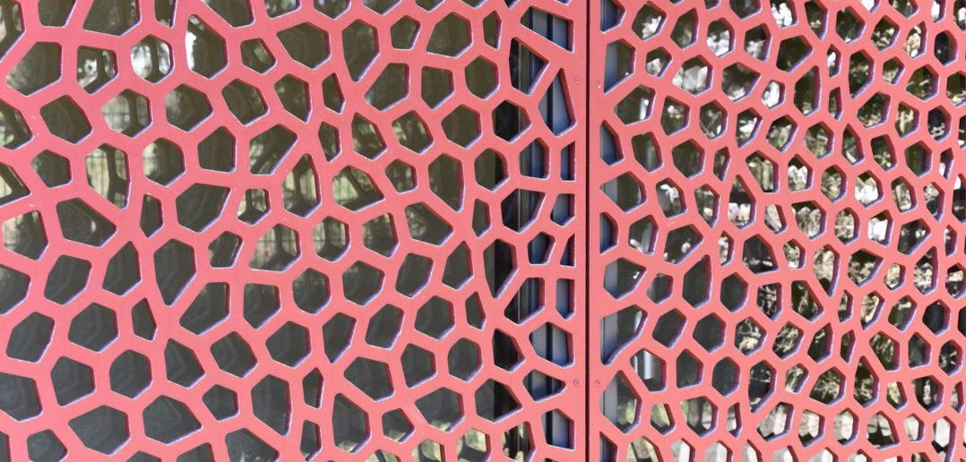 Glas hinter perforiertem Holz, Reformierte Kirche Arlesheim © Simon Heiniger / Architektur Basel
