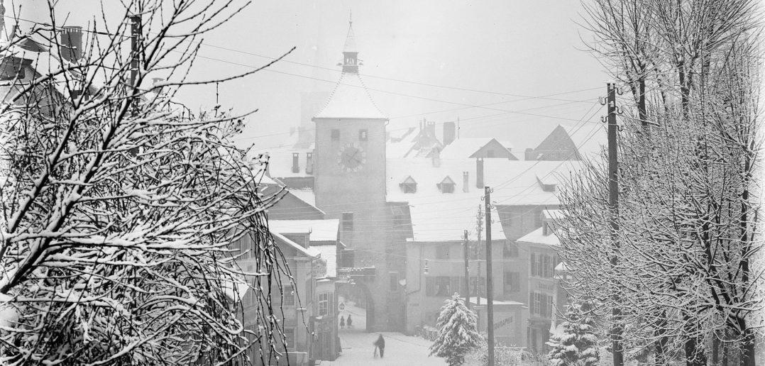 Blick von der verschneiten Burgstrasse in Richtung Obertor (ohne Bemalung), Liestal 1895, STABL_PA_6292_01.267, Fotosammlung Seiler Arnold und Junior, Liestal, Staatsarchiv Basel-Landschaft