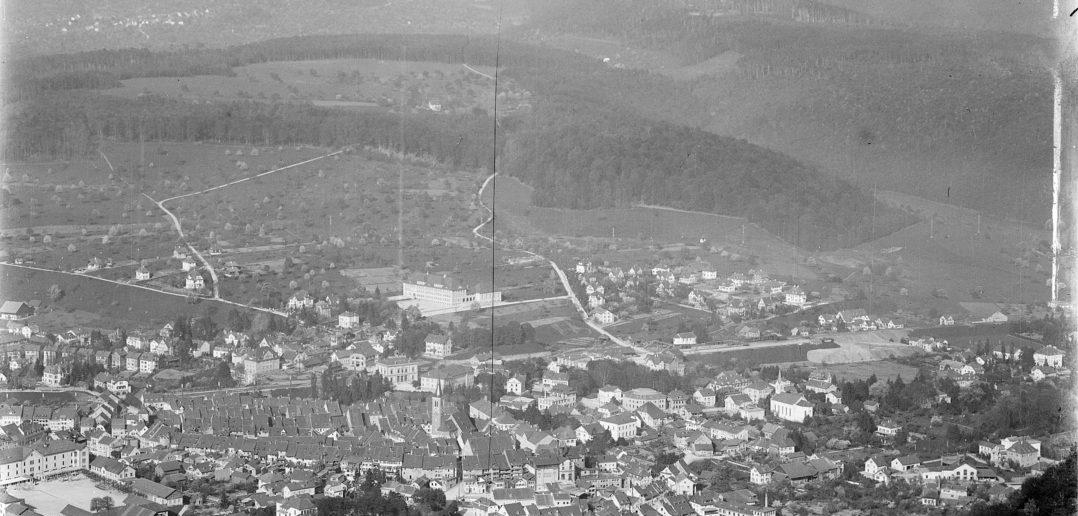 Blick vom Schleifenberg in Richtung Südwest, prominent platziert (Bildmitte): das Schulhaus Rotacker im Jahr 1919, Liestal. STABL_PA_6292_01.514, Fotosammlung Seiler Arnold und Junior, Liestal, Staatsarchiv Basel-Landschaft